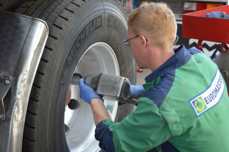 tire-repairer-1583849_1920